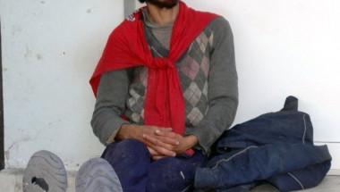 Психично болен бездомник спи в двора на болница