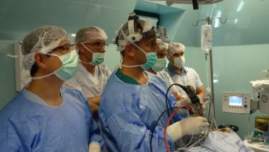 Проф. Карен Джамбазов извади тумор от носа на пациент без разрези!