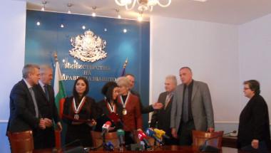 Министър Москов прегърна героините от снежния ад в Родопите