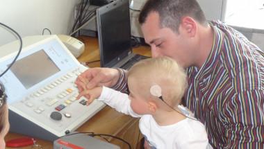 Лекари от ВМА поставиха кохлеарен имплант на глухо дете