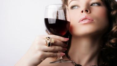 Обрат: Учени установиха, че алкохолът превръща жените в красавици