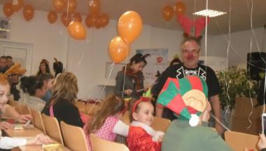 """""""Приказки без край"""" и Дядо Коледа с подаръци за децата в Специализираната болница за активно лечение"""