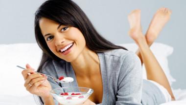 По-леки с кисело мляко и плодове