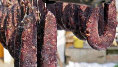 Луканките, пълни със смлени бръмбари, пилешки кожи в телешките колбаси