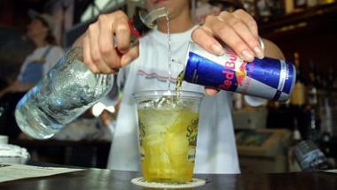 Смесването на алкохол с енергийни напитки увеличава вероятността от нараняване