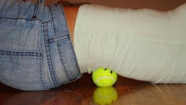 Колосално облекчение: Как да се избавим от болките в гърба с помощта на топка за тенис