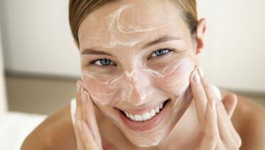 Заличете годините бързо и лесно с тази проста домашна маска срещу стареене