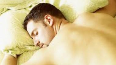 Учени от Станфорд обясниха защо мъжете трябва да спят голи