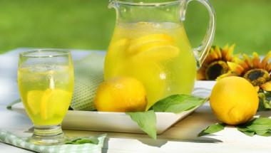 Когато задържам течности и се чувствам супер дебела, на помощ идват тези 6 напитки