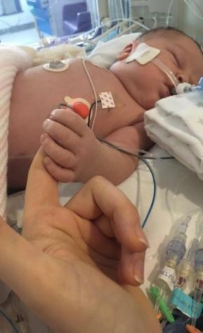 Лекари не направиха елементарен тест на бременна и бебето умря на петия ден след раждането