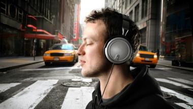 Учени изчислиха колко точно време на ден може да носите слушалки, за да не оглушеете!