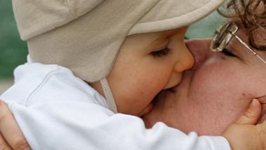 Стоматолози: Не целувайте децата по устата!