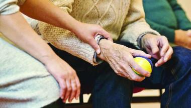 Прекалената доверчивост на възрастните хора може да се дължи на деменция
