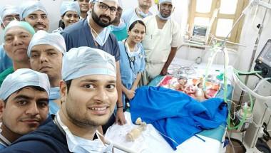 Хирурзи от Индия станаха знаменитости заради това СЕЛФИ от операционната с...