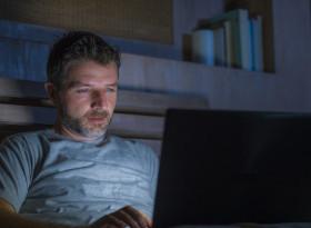 Обсебените от порното мъже вредят на здравето на партньорките си