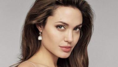 Пловдивски лекари оперираха жена по модела на Анджелина Джоли