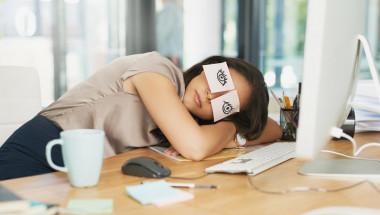 Хитрости, които ще ви задържат будни в офиса след безсънна нощ