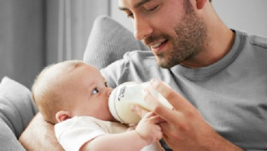 Храненето на бебето от шишето ще определи дали ще е левичар, или не