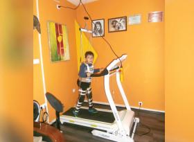 Деца с парализа прохождат след бионична абилитация