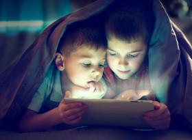 Психолози алармират: Веднага вземете смартфорните от децата си!