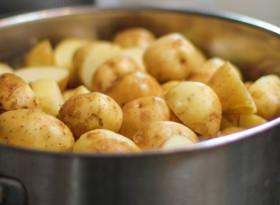 Защо трябва да пием водата от варените картофи?