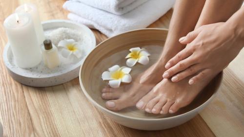 Правете си вани на краката с джинджифил, пелин и шафран