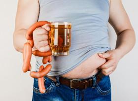 Прекаляването с месо и бира увеличава нивото на пикочна киселина при младите