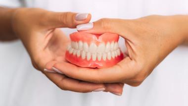Какво покрива НЗОК за зъбни протези при инвалиди?