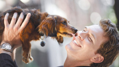 Мъж се целуна с кучето си и умря СНИМКИ 18+