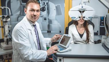 """Д-р Димитър Голев: """"Мушичките"""" в очите са опасен симптом"""