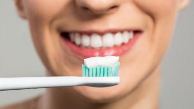 Експерти препоръчаха нестандартен метод за миене на зъби