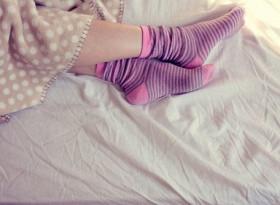 Полезно ли е да спите с чорапи