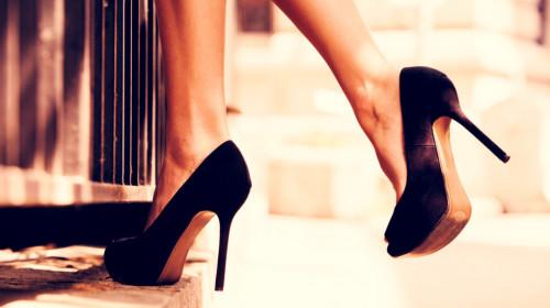 Ето какво се случва ако напръскате краката си с лак за коса