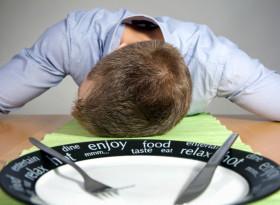 Защо ни се приспива след хранене?