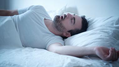 Шест признака, че дишането ви често спира по време на сън