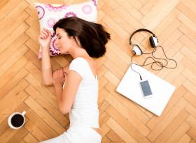 Добре ли е да спите на пода?