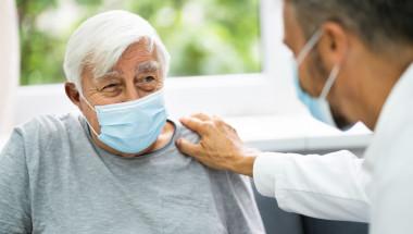 Коронавирусът се проявява нетипично при възрастните хора