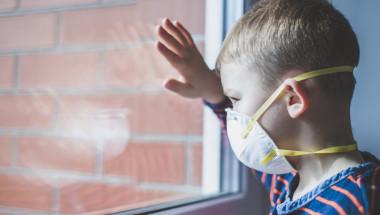 """Пет симптома на """"британския"""" щам на коронавируса при деца"""
