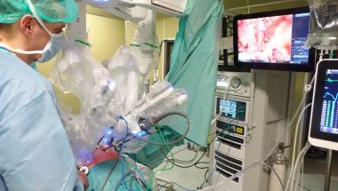 Хирурзи от четири специалности оперират с най-новото поколение на робота Да Винчи в Болница Токуда